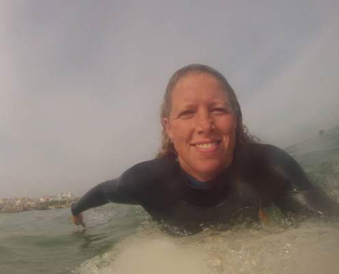 Foto van Natasha die surft op de golven